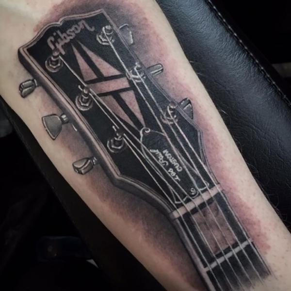 Tatouage Bras Guitare Par Kings Avenue Tattoo