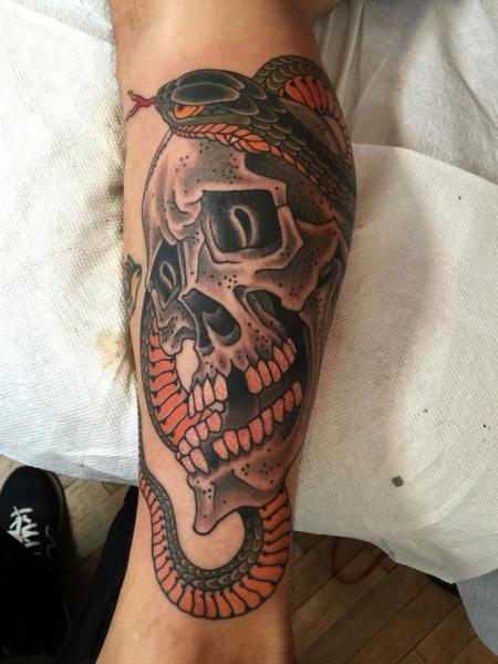 Tatuaggio Braccio Serpente Teschio di Kings Avenue Tattoo