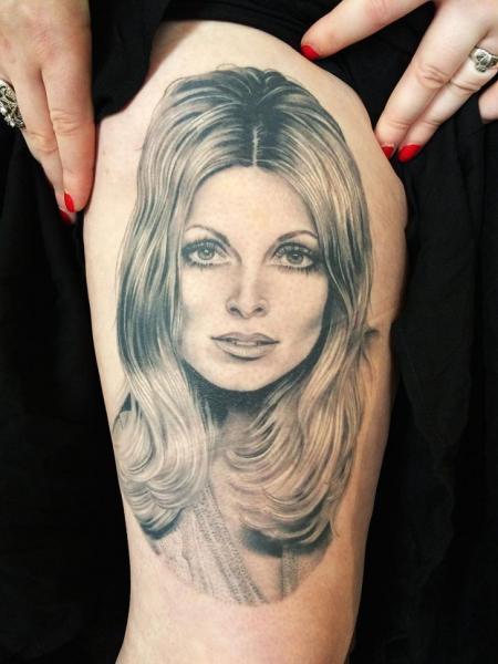 Porträt Oberschenkel Frau Tattoo von Kings Avenue Tattoo