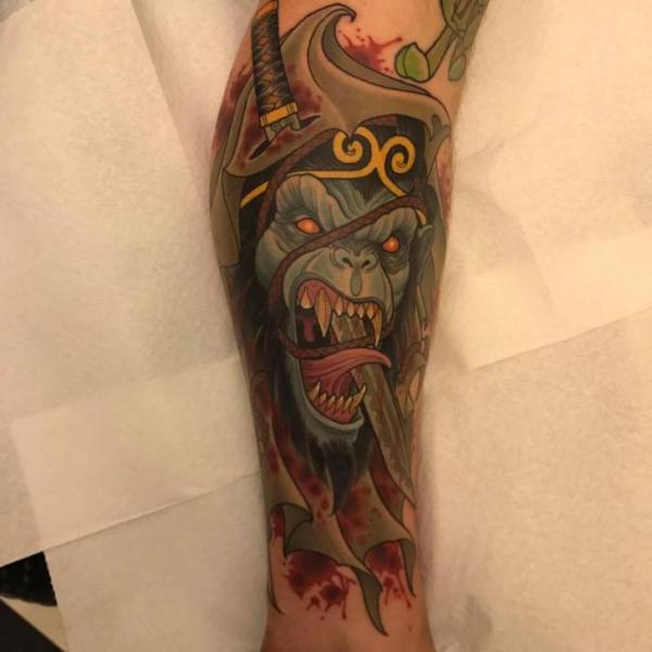 Tatuaggio Braccio Pugnale Scimmia di Good Kind Tattoo