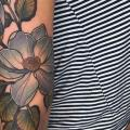 tatuaje Brazo Flor por Good Kind Tattoo