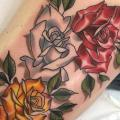 tatuaje Flor Rosa Muslo por Good Kind Tattoo
