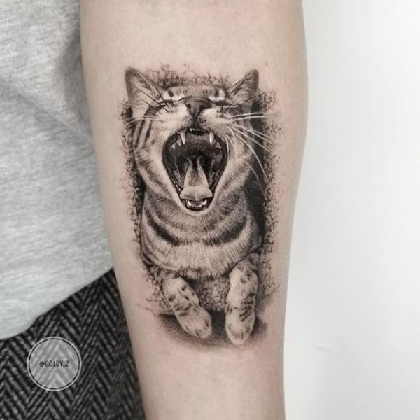 Tatuaje Brazo Gato Dotwork por Dot Ink Group