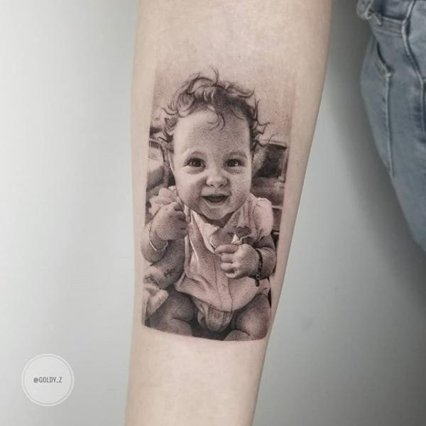Tatuaje Brazo Retrato Niños Dotwork por Dot Ink Group