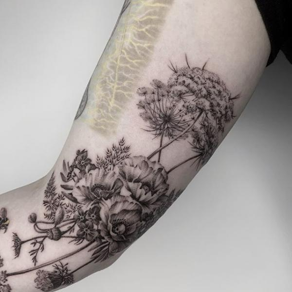 Tatuaje Brazo Flor Dotwork Diente De León por Dot Ink Group