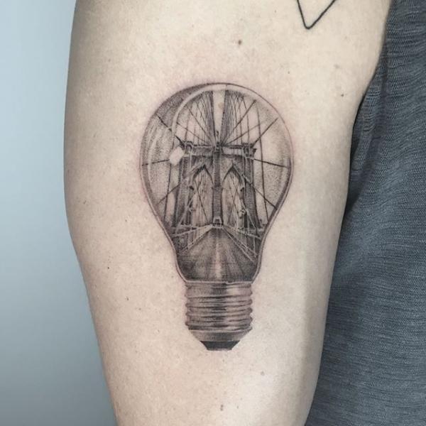 Tatuaggio Braccio Dotwork Ponte Lampadina di Dot Ink Group