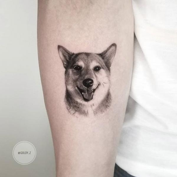 Tatuaggio Braccio Cane Dotwork di Dot Ink Group