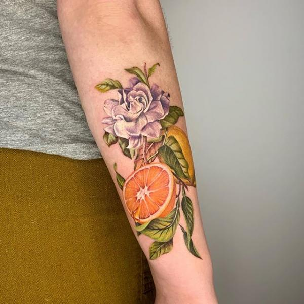 Tatuaje Brazo Flor Dotwork Fruta por Dot Ink Group