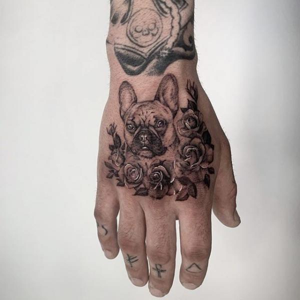 Tatuaje Flor Perro Mano Dotwork por Dot Ink Group