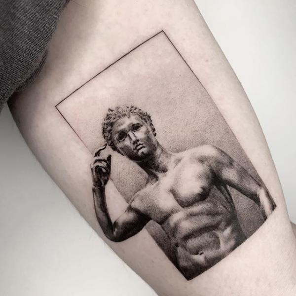 Tatuaggio Braccio Dotwork Statua di Dot Ink Group