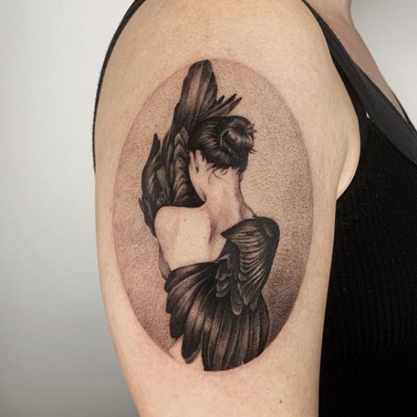 Arm Flügel Dotwork Frau Tattoo von Dot Ink Group