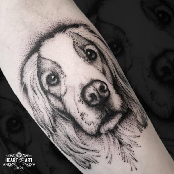 Tatuaje Brazo Perro Dotwork por Heart of Art
