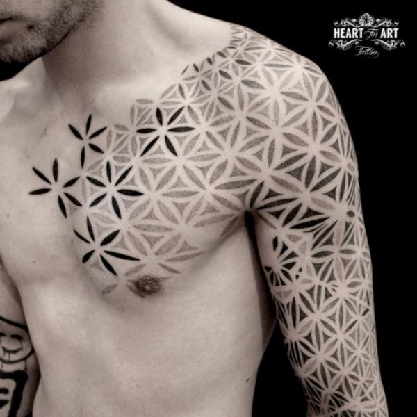 Tatuaggio Spalla Petto Dotwork Manica di Heart of Art