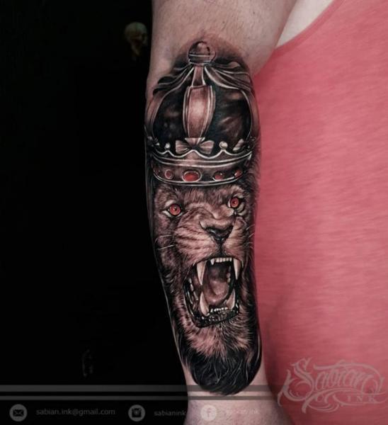 Tatuaggio Braccio Leone Corona di Sabian Ink