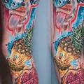 Bein Totenkopf Giraffe Gehirn Ananas tattoo von Daria Pirojenko