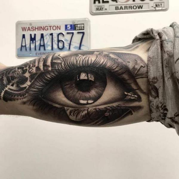 Tatuaje Brazo Realista Ojo por Plan9 Ealing