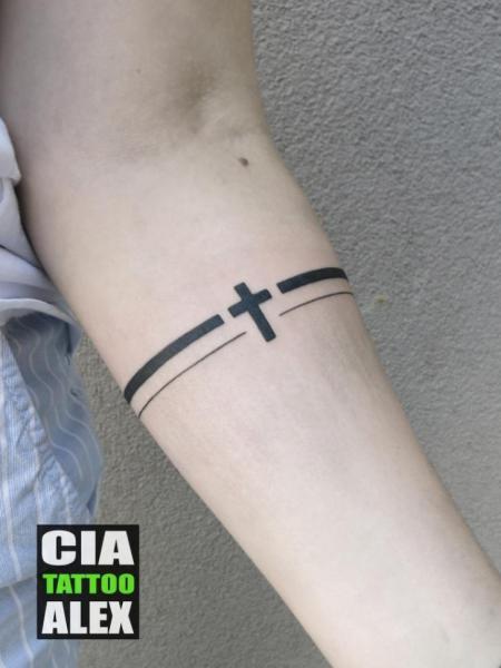 Arm Crux Linien Tattoo von Cia Tattoo