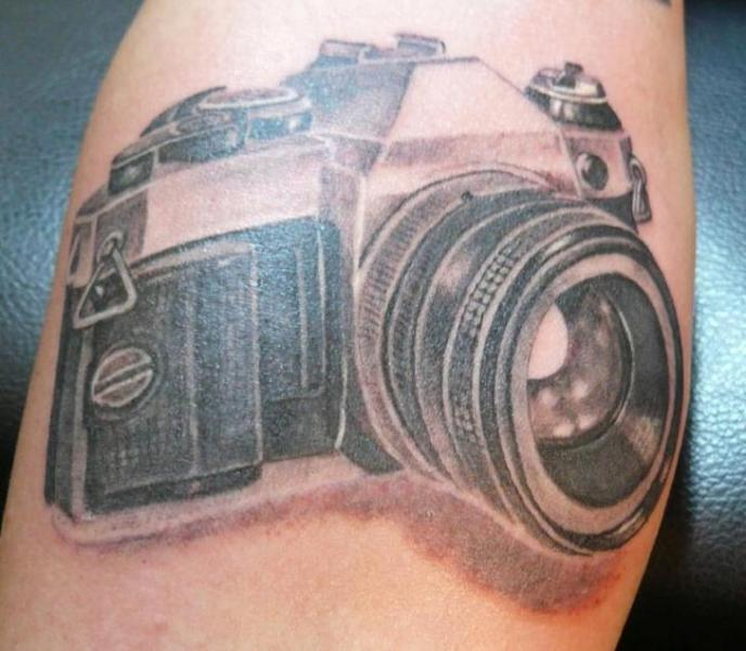 Arm Realistische Kamera Tattoo von Cia Tattoo