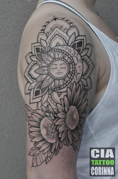 Schulter Arm Blumen Dotwork Sonne Mond Tattoo von Cia Tattoo