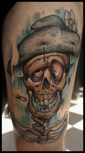 Fantasie Totenkopf Oberschenkel Tattoo von Dirty Roses