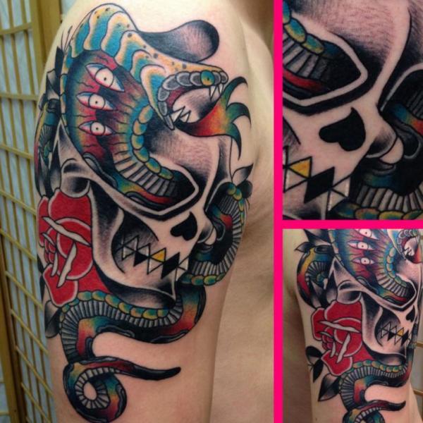 Schulter Schlangen Old School Totenkopf Tattoo von Avinit Tattoo