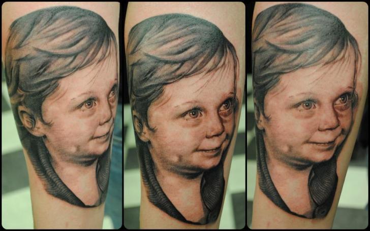 Porträt Realistische Kinder Tattoo von Black Heart Studio