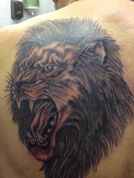 Tatuaggio Spalla Realistici Leone di Dados Tattoo Studio