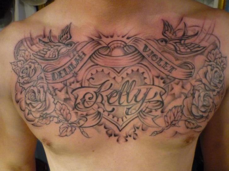 Tatouage Cœur Lettrage Seins par DC Tattoo Saloon